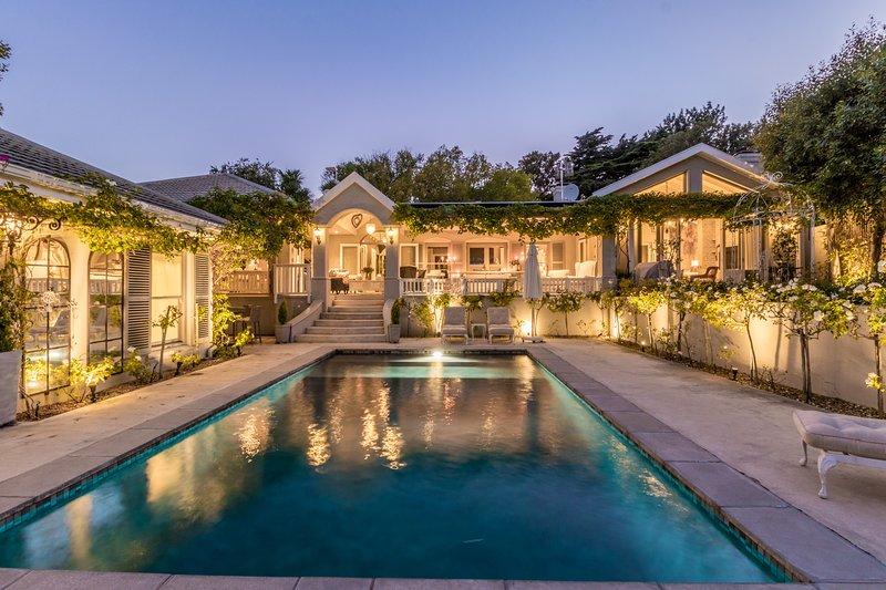 Stunning luxury Constantia villa, vacation rental in Bergvliet