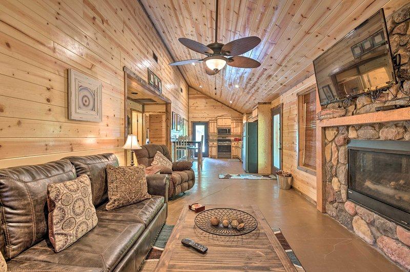 Cabin w/Hot Tub Near Broken Bow Lake & Hiking, vacation rental in Hochatown