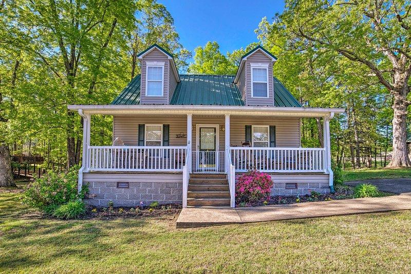 Cottage w/Porch, 7-Min Drive to Pickwick Lake, location de vacances à Corinth