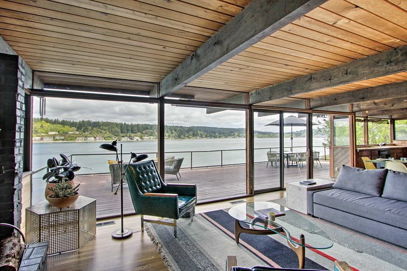 Waterfront Port Orchard Home w/Furnished Deck, Ferienwohnung in Southworth