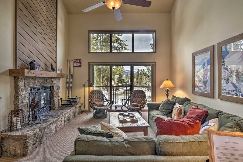 Townhome w/ Mtn Charm + Shuttle, Walk to Ski Lift!, location de vacances à Breckenridge