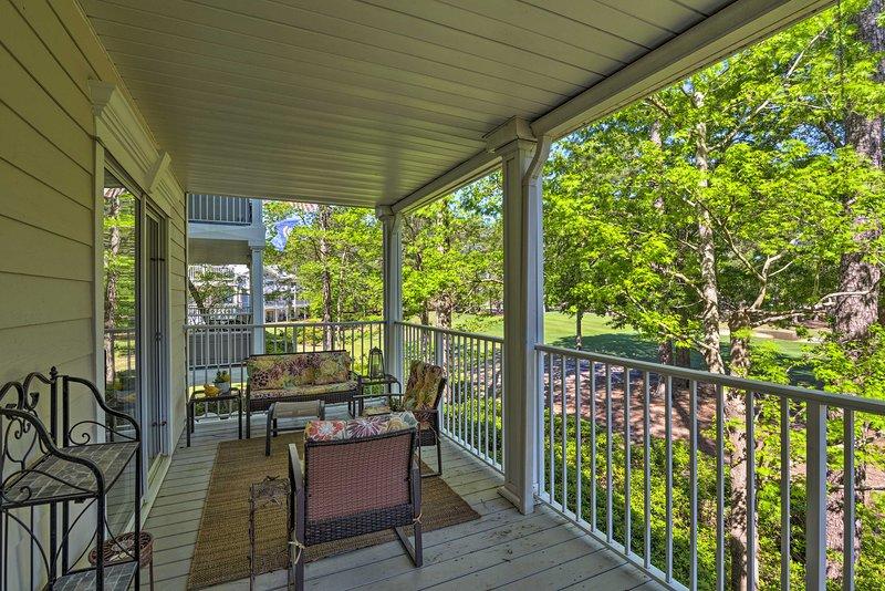 Un amplio balcón completa este condominio de vacaciones.