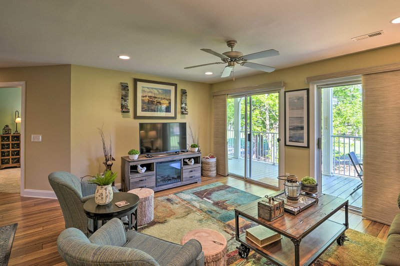 Calabash Condo w/ Large Balcony & Pool Access, vacation rental in Calabash