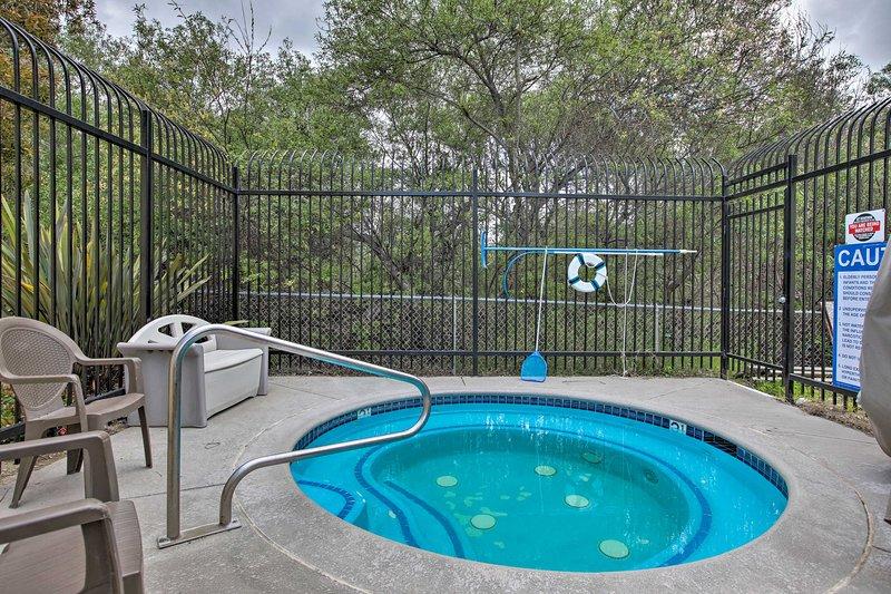 Les commodités communautaires du Pacific Plaza Resort comprennent un bain à remous et un barbecue.