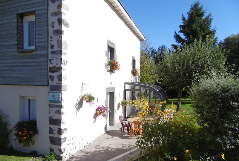 Le gite du four a pain, vacation rental in Chapdes-Beaufort