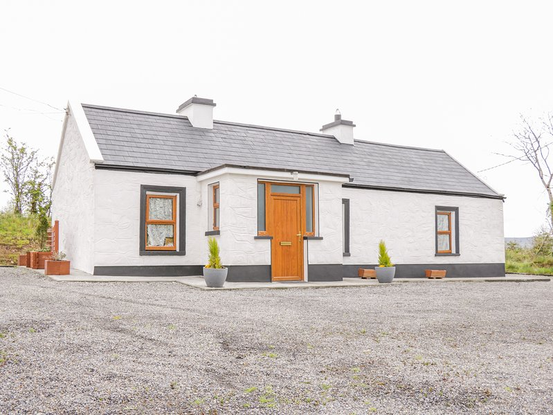 MC'S COTTAGE, open-plan, pet-friendly, close to Ballymote, holiday rental in Collooney