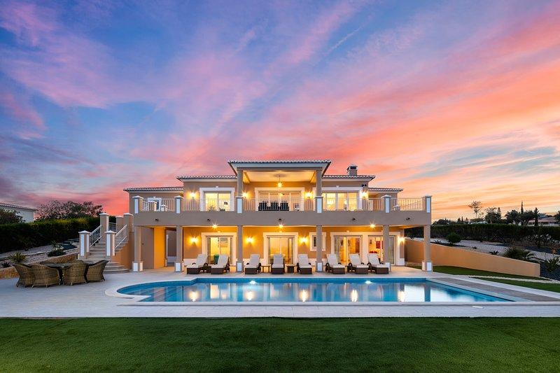 As Palmeiras - Luxury 4 bedroom villa with pool and stunning ocean views!, holiday rental in Praia da Luz