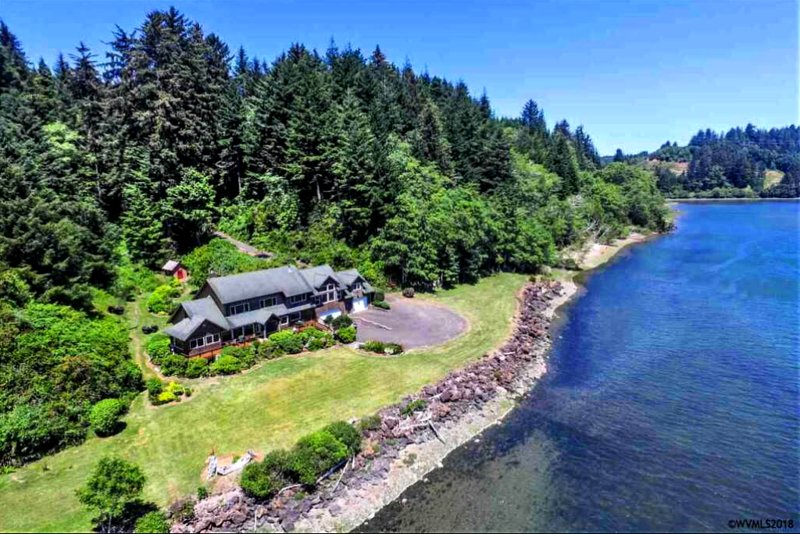 Waterfront, Outdoor Kitchen|Fireplace, Spa, Firepit, Private Beaches, Watercraft, vacation rental in Waldport
