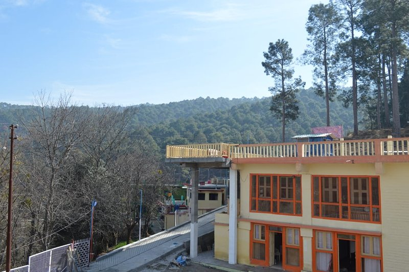 LITTLE BIRDS KUNAL'S HOMESTAY LOCATED IN A SERENE VILLAGE AMONGST PINE TREES, vacation rental in Almora District