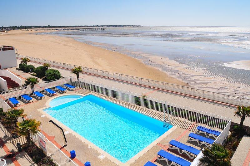 Sumérgete en la hermosa piscina al aire libre en un caluroso día de verano.