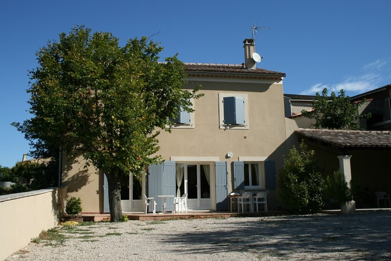 Amistous apprtement a louer, holiday rental in Vacqueyras