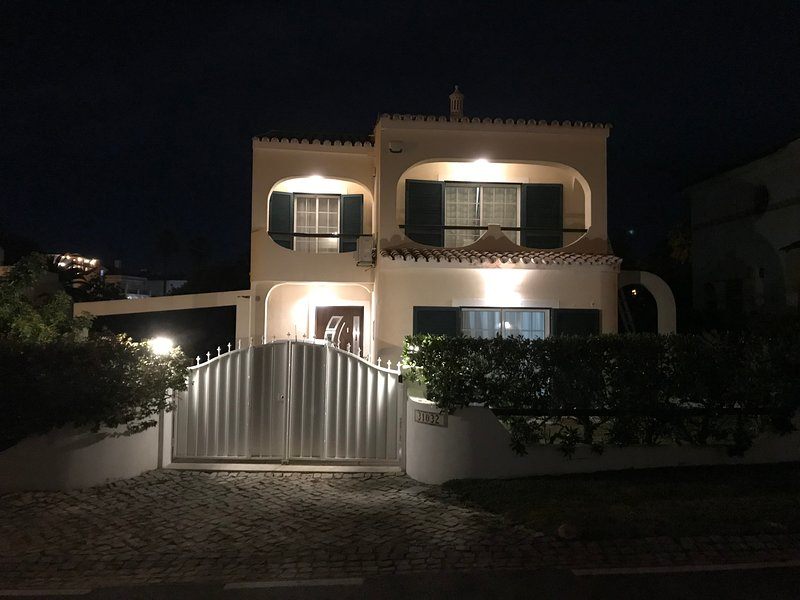 Beautiful 4 bedroom villa located near Old Village, Vilamoura with Heated Pool, location de vacances à Quarteira