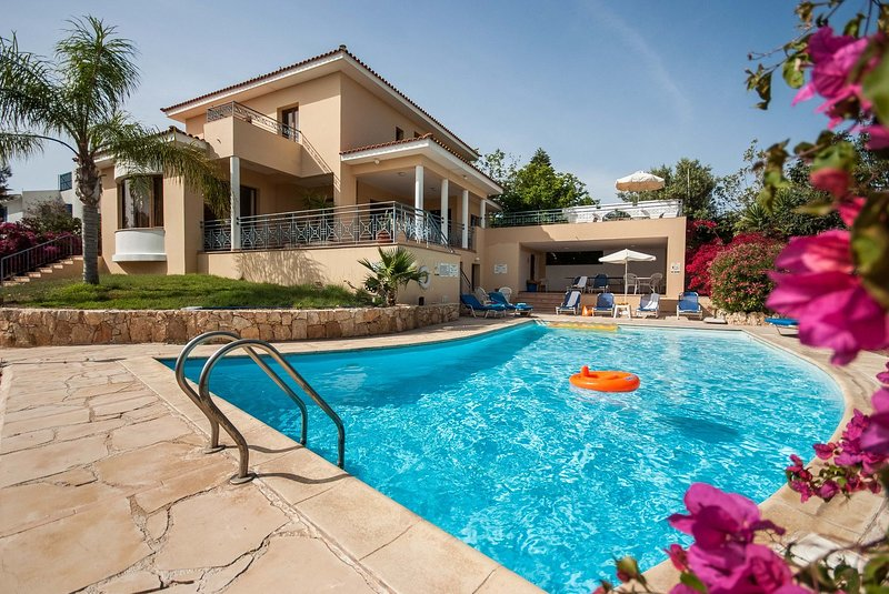 Exceptional Large Villa, Private Heated Pool, Complete Privacy, Prime Location, vacation rental in Peyia