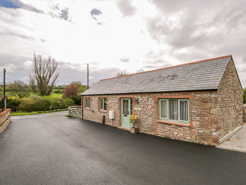 OLD COW BYRE, homely interior, near Penrith, holiday rental in Bolton
