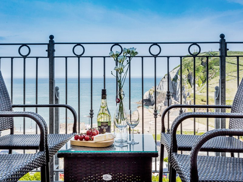 6 ARLINGTON VILLAS, luxury apartment with seaward facing balcony in Ilfracombe, Ferienwohnung in Ilfracombe