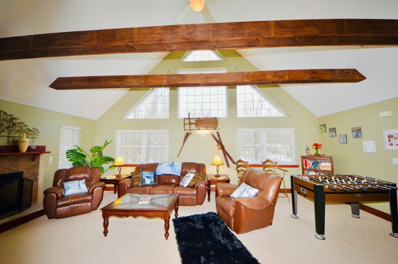 ⛷⛰⛱  POCONO Spacious Chalet ★ Lodge-  HOT TUB, Game Rooms,, holiday rental in Thornhurst