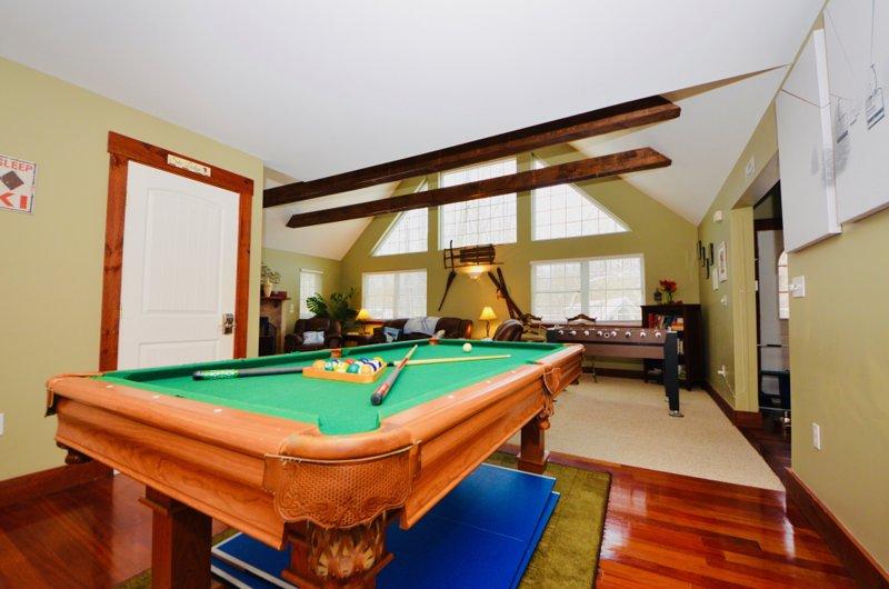 ⛷⛰⛱ Mt. Maplewood Chalet ★ Pocono Mt. Split Lodge: HOT TUB, Kids & Pets, vacation rental in Avoca