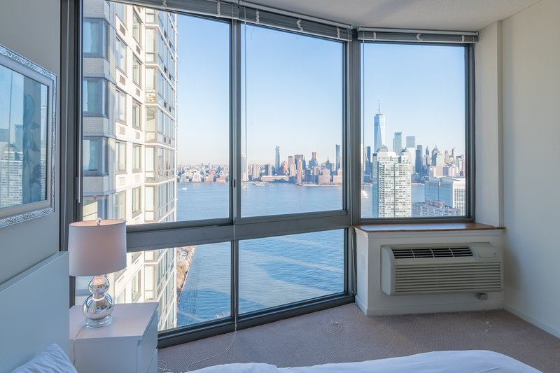 STUNNING NEW YORK CITY AND WTC VIEWS-2B 2BA-ZEN SUITES-42QH, holiday rental in Bayonne