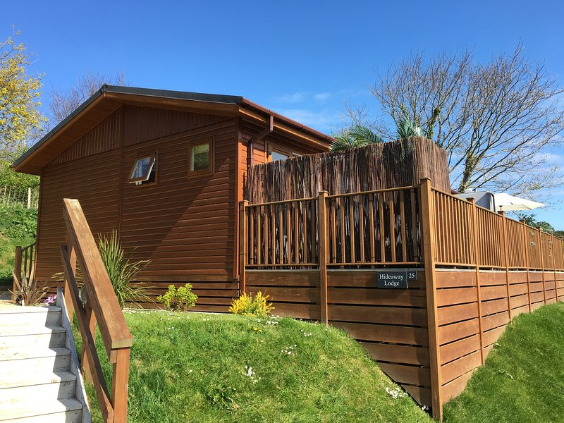 HIDEAWAY LODGE, luxurious, hot tub, open plan near Tintagel, Ref 951403, vacation rental in Tintagel