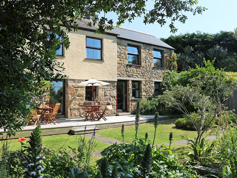 LITTLE HENDRA, detached, woodburner, Sky TV, pet-friendly, near Goonhavern, Ref, holiday rental in St Newlyn East