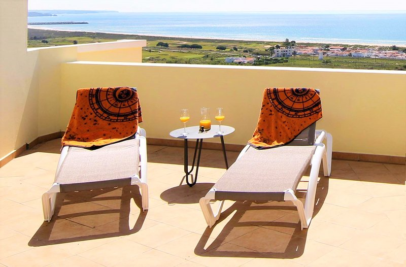 Huge luxury penthouse on Meia Praia beach with best views in Lagos, vacation rental in Odiaxere
