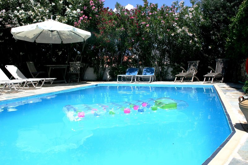 Stylish Family Villa with Pool, A/C, WiFi, Views, close to Nafplion and Beaches, Ferienwohnung in Drepano