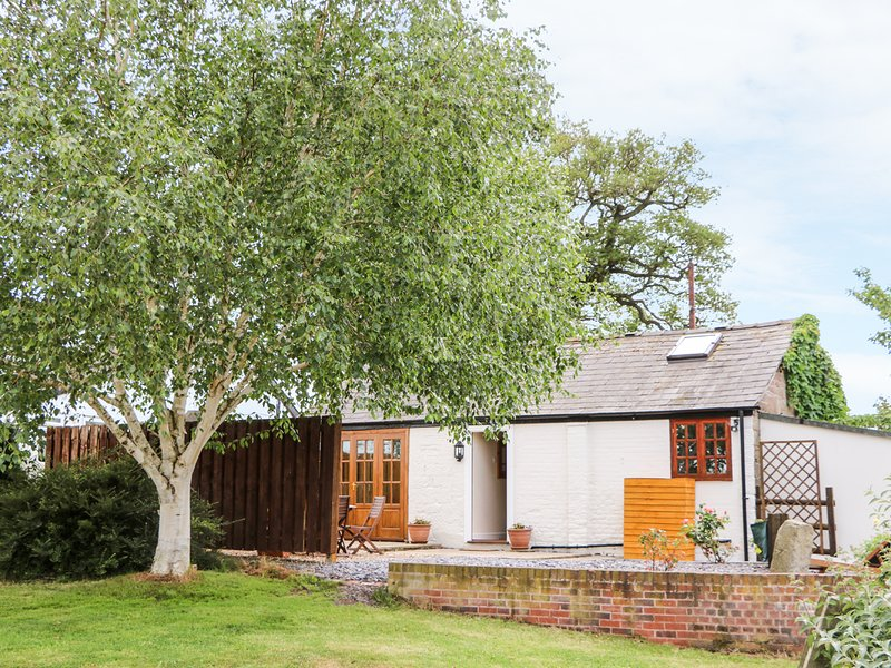 CHESHIRE CHEESE COTTAGE, ground floor, detached, woodburner, hot tub, location de vacances à Tattenhall
