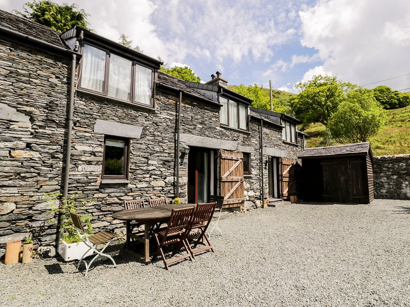 THE GRANARY, family friendly, character holiday cottage in Tal Y Llyn, Ref 7350, vacation rental in Llanwrin
