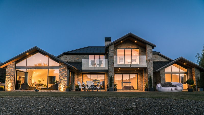 Direct lake access, hot tub, amazing unobstructed views & 4 ensuite guest rooms., alquiler vacacional en Lake Hawea