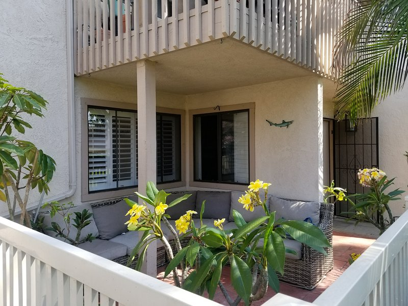 Furnished, Inc Beach Condo *AVAILABLE NOW! * Sm Pet Welcome* Fun Beach Cruisers, location de vacances à Fountain Valley