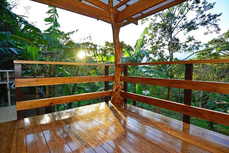 Terrasse de Coati, donnant sur le jardin et la montagne du volcan Miravalles. Coucher de soleil