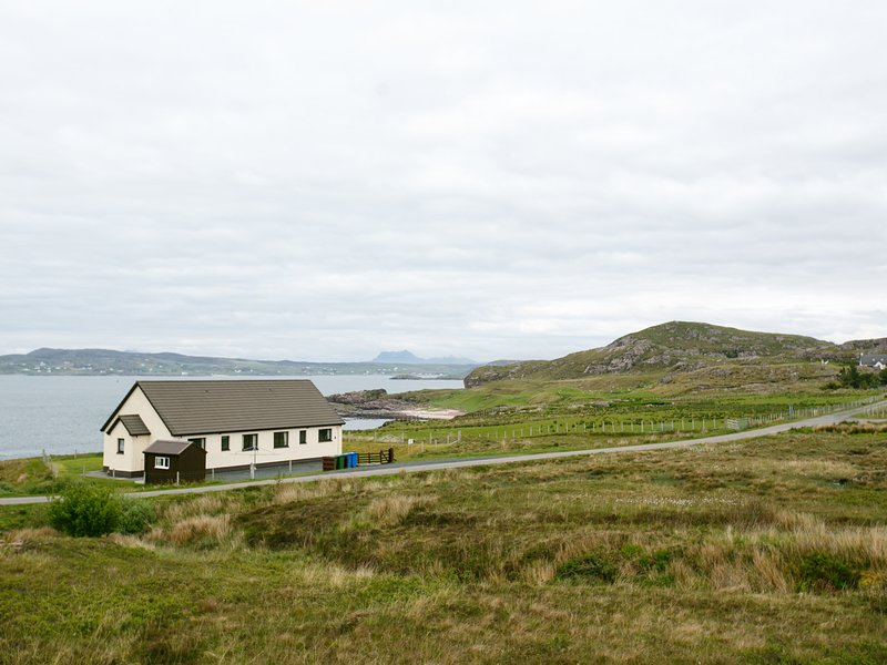 2 BAYVIEW BUNGALOW, sleeps four, cosy, pet friendly, Poolewe, Ref 961796, holiday rental in Aultbea