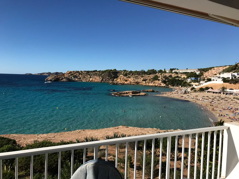 Cala Tarida beach Flat , front cliff and amazing sea view, holiday rental in Cala Comte
