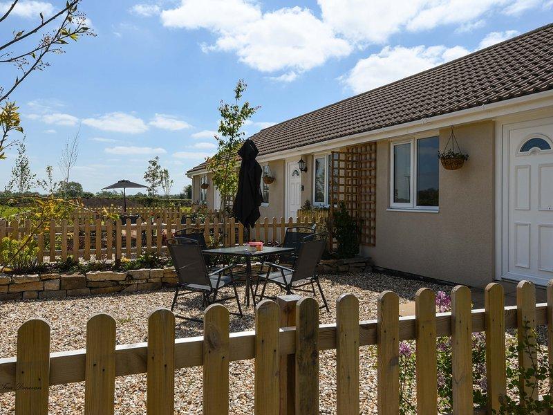 TEAL, bungalow, double bedroom, parking, lawned garden, in Watchfield, near, location de vacances à Highbridge