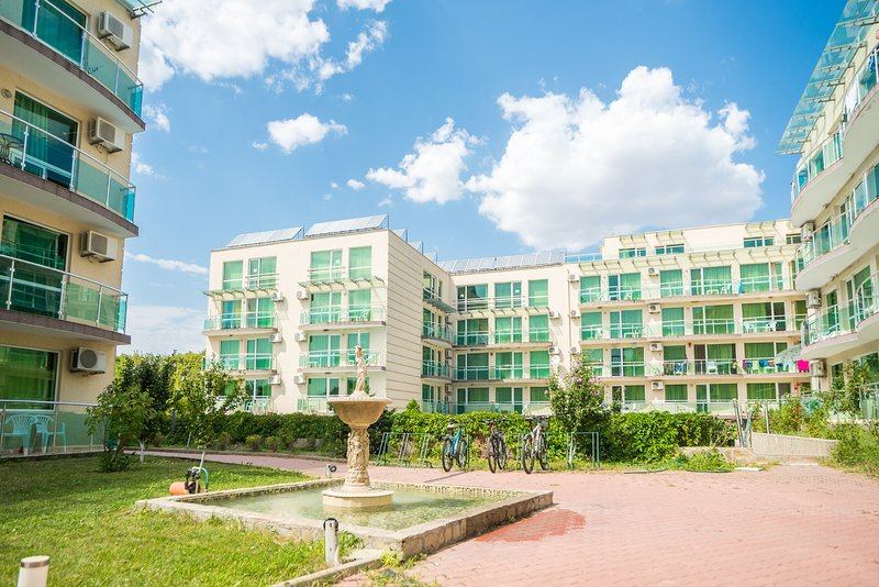 THE CLARA APARTHOTEL & RESIDENCE (Junior Suite w Pool View 3), holiday rental in Sarafovo