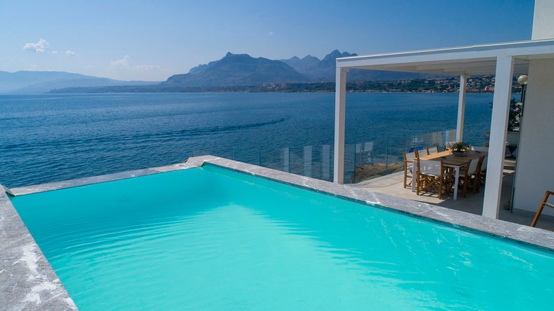 Modern Sea View Villa with Pool and private access to the sea, holiday rental in Solanto