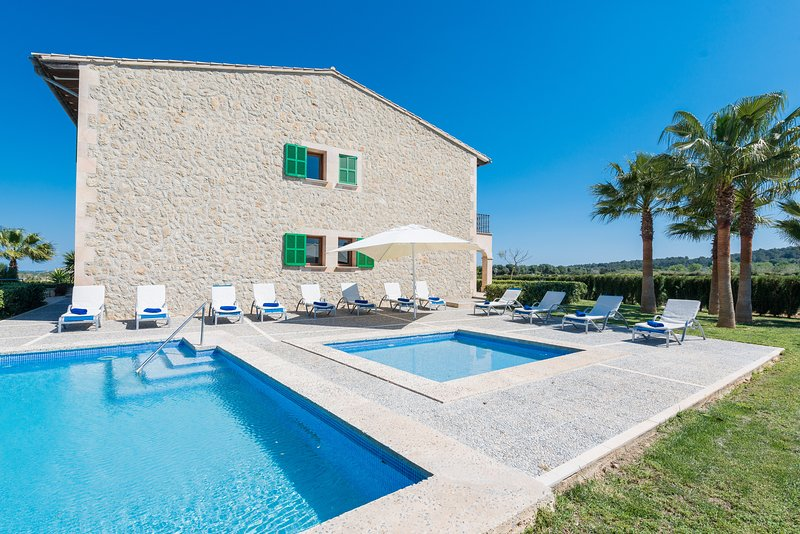 Villa rural El Palmeral para 12 personas a tan solo 15 minutos de la playa., location de vacances à Petra