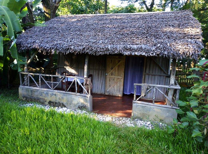 BUNGALOW GITE TYPIQUE MALGACHE BORD DE PLAGE EN FACE NOSY BE ET NOSY KOMBA, location de vacances à Nosy Be