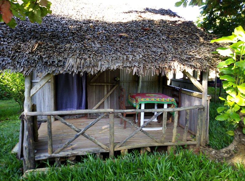 CABANE GITE MALGACHE BORD DE PLAGE FACE NOSY BE ET NOSY KOMBA, location de vacances à Nosy Be