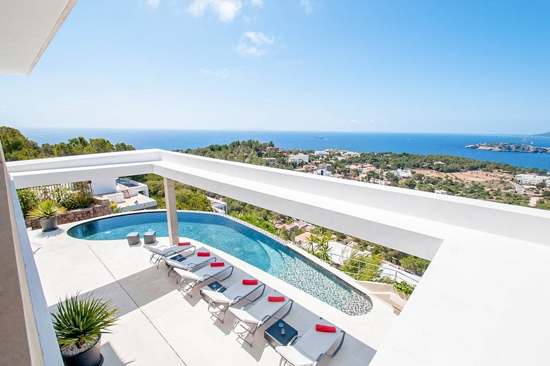 Playa de Talamanca Villa Sleeps 8 with Pool and Air Con - 5790754, location de vacances à Roca Llisa