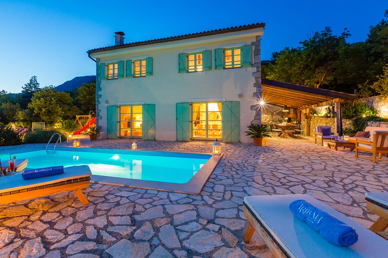 FAMILY home - VILLA in complete PRIVACY with heated pool, kids park and sauna, vakantiewoning in Lic
