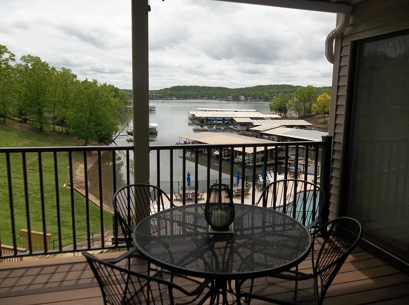 Great Lakefront Condo! Awesome View Overlooking Lake& Pool! King Bed, alquiler de vacaciones en Tuscumbia