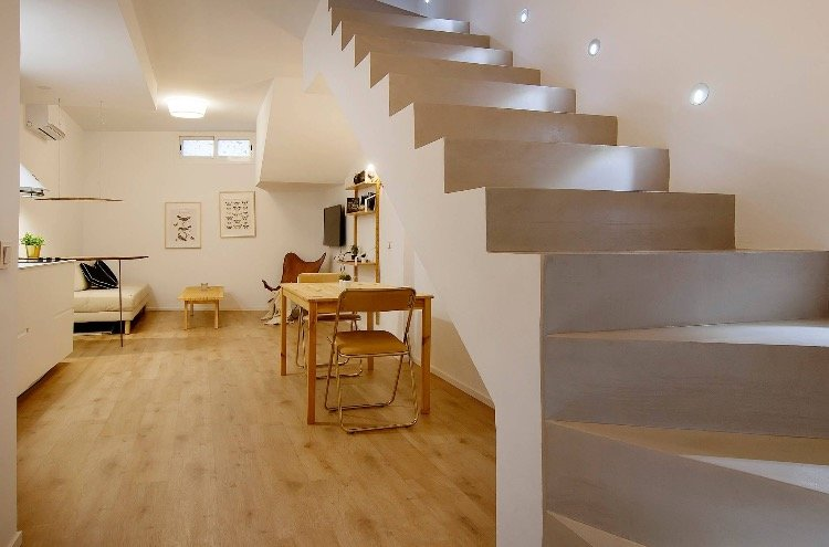 Bella panoramica dei due piani della casa con la scala illuminata