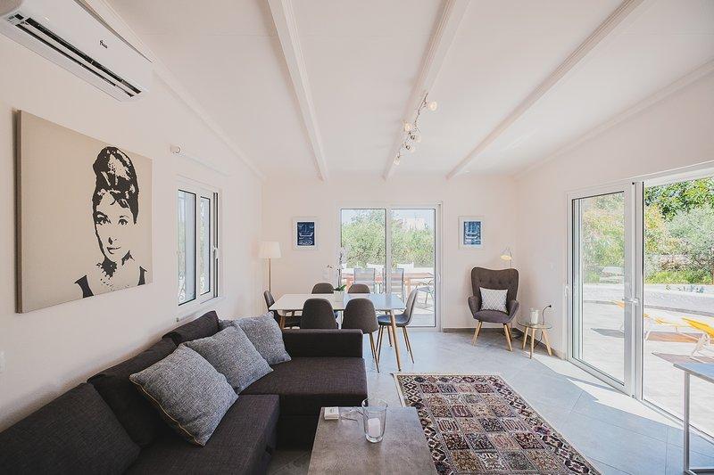 Large Private Villa with Splendid Terraces & Views, alquiler vacacional en Stavros