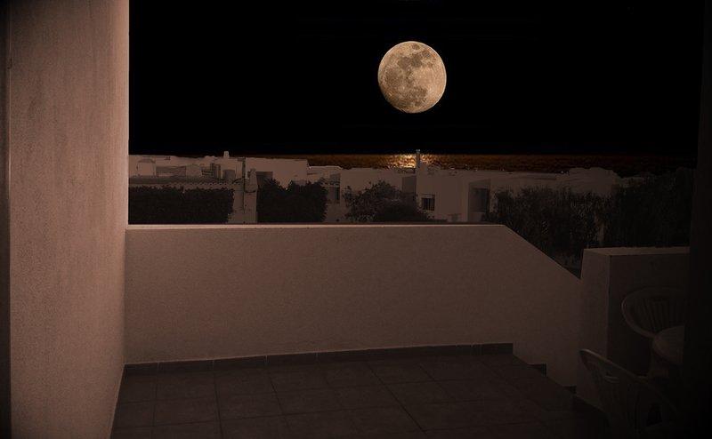 vistas salida luna llena por el mar desde terraza