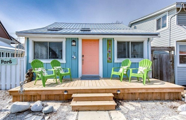 Colours on Bessie within a Minute to the Beach!, holiday rental in Port Stanley
