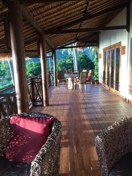 Spacious, Comfortable Family Villa With Stunning Sea Views From Private Balcony, holiday rental in Gili Gede