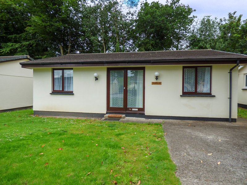 TREBELLAN, pet-friendly chalet on wooded holiday park with off road parking, in, location de vacances à St Cleer