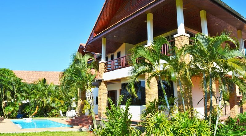 Seaview villa with great views and a private pool, holiday rental in Ban Sala Dan