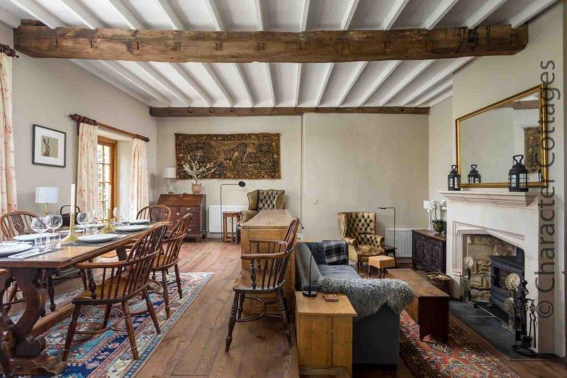 La sala da pranzo / soggiorno a pianta aperta mescola lo stile contemporaneo con il carattere tradizionale